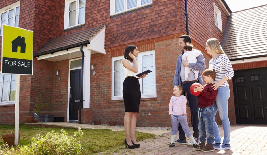 famille devant maison à vendre avec courtier immobilier