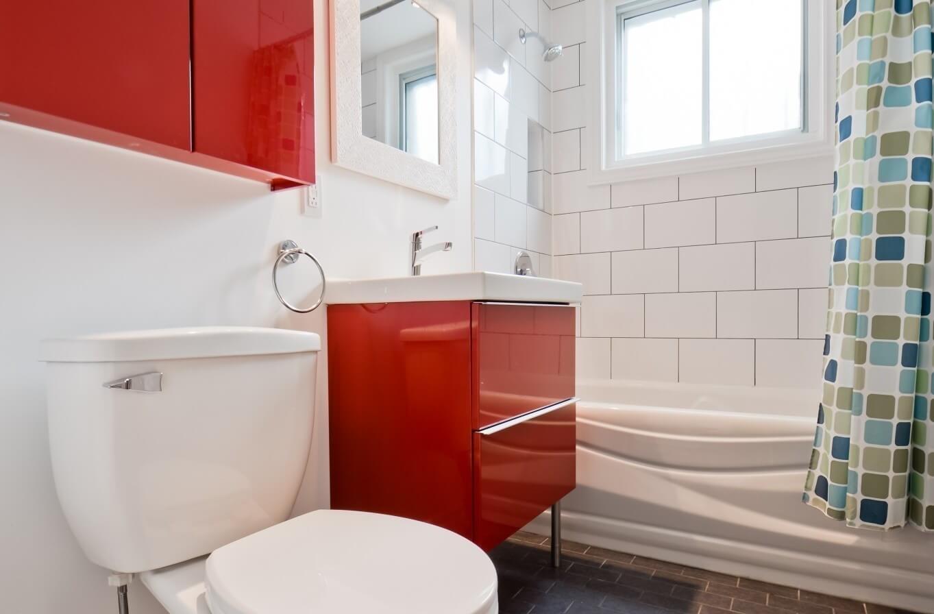 armoires rouges salle de bain