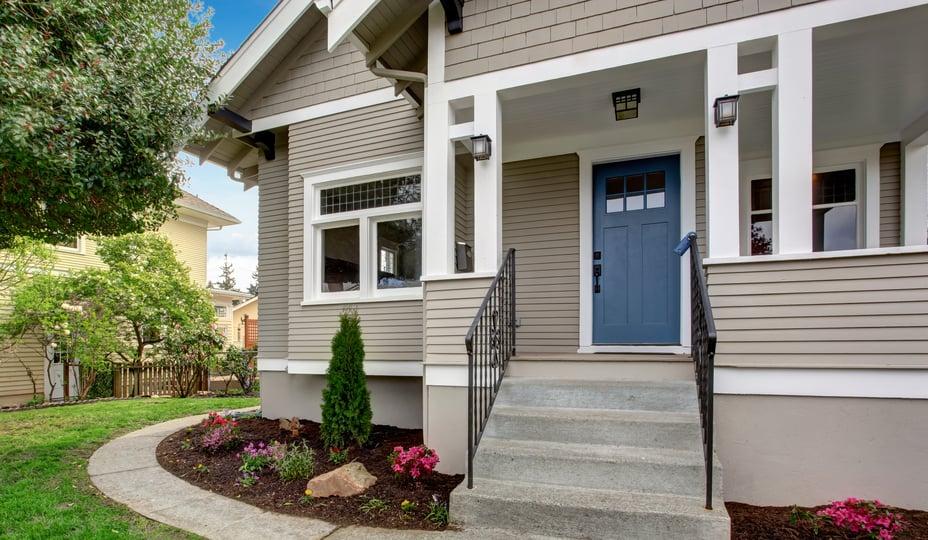 maison avec rampe d'escalier extérieur en métal