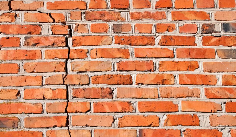 mur de brique fissure