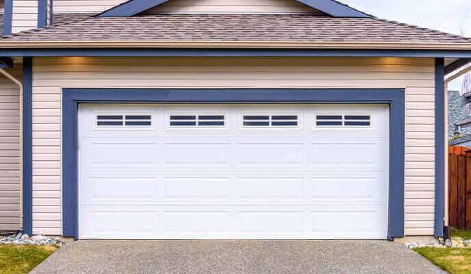 garage avec porte blanche