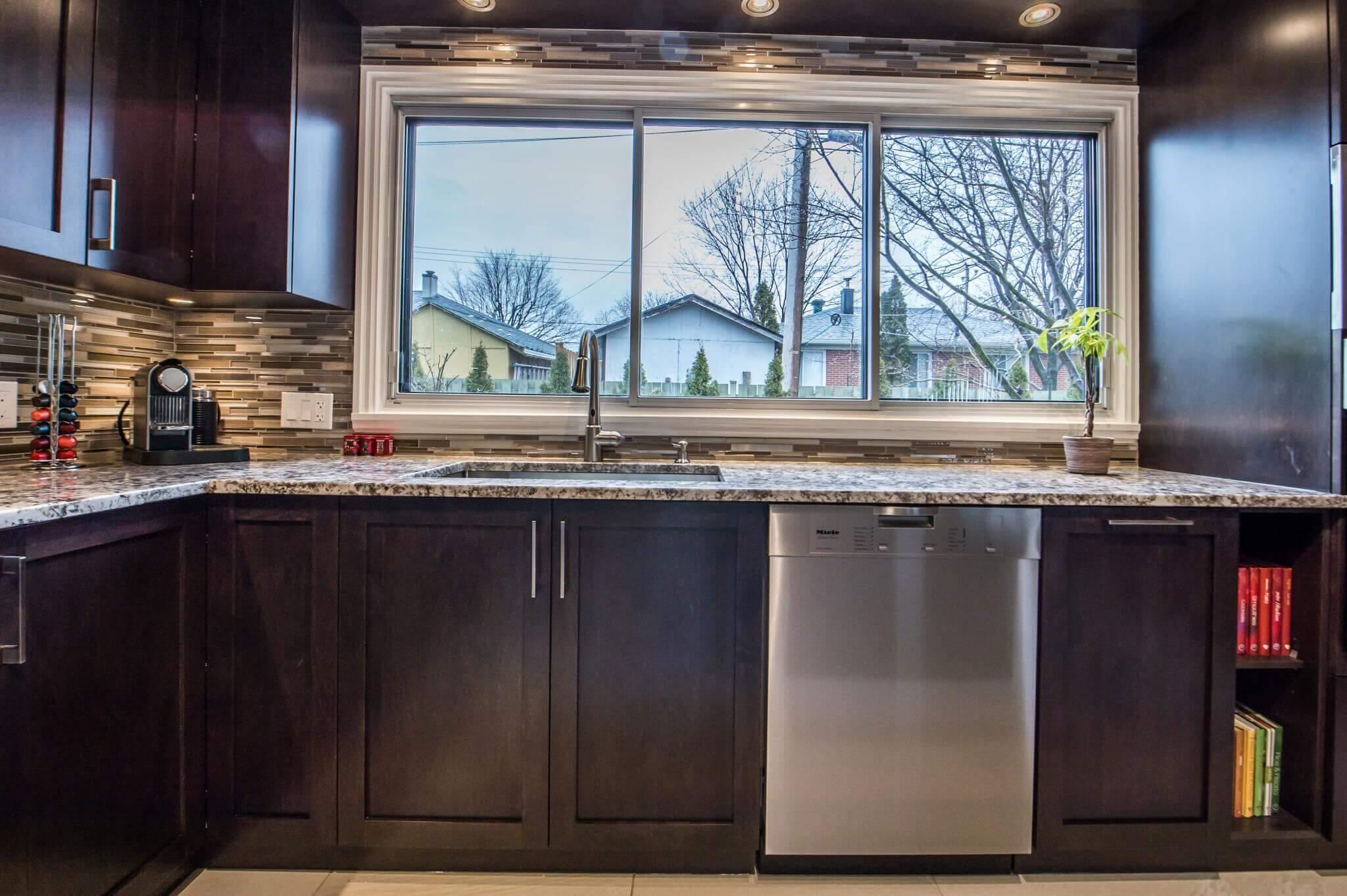 comptoir et armoires de cuisine grande fenetre