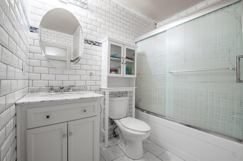 salle de bain blanche ceramique
