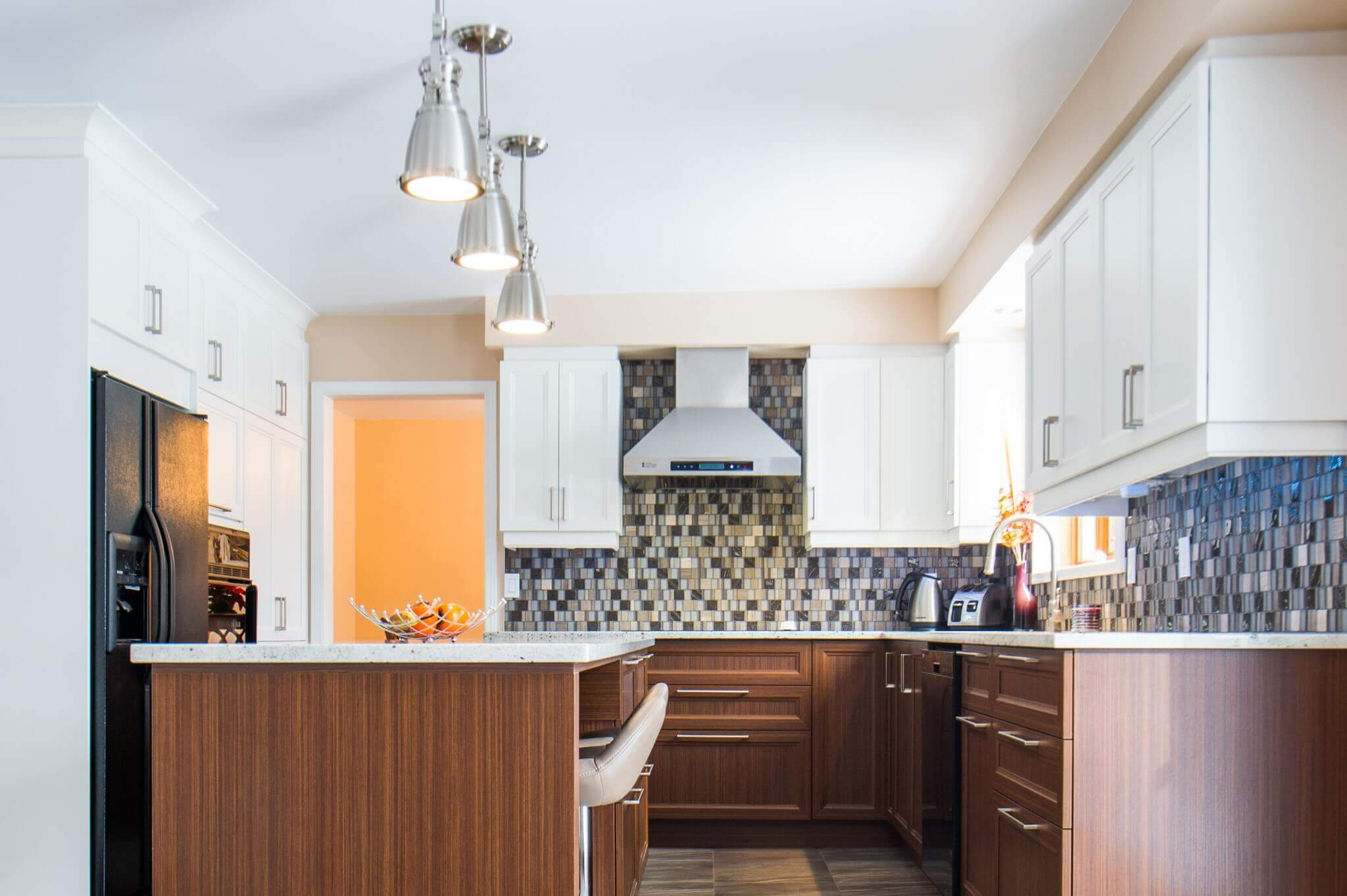 Cuisine moderne avec comptoirs et armoires brunes