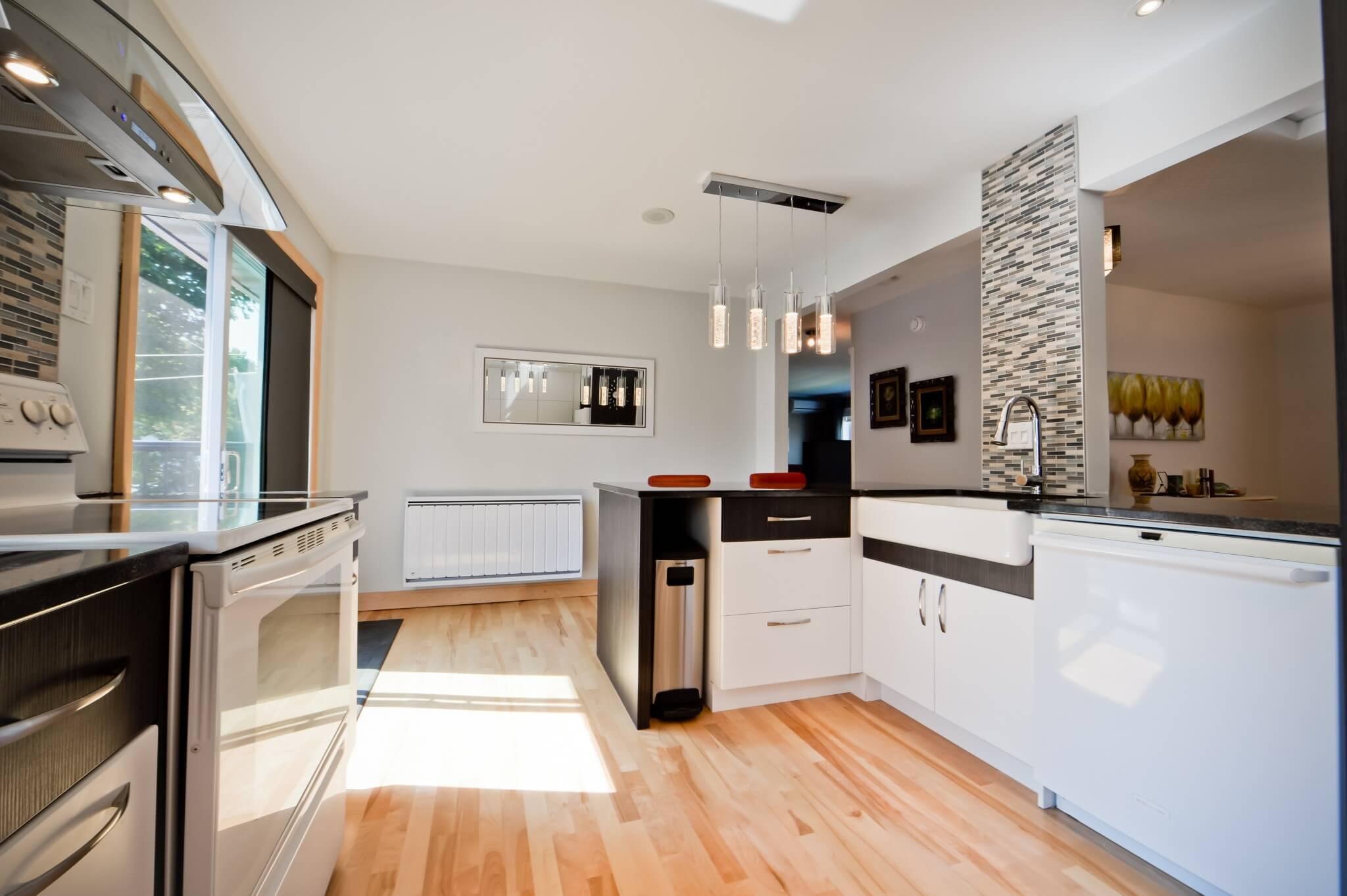 Grande cuisine ouverte planchers de bois francs