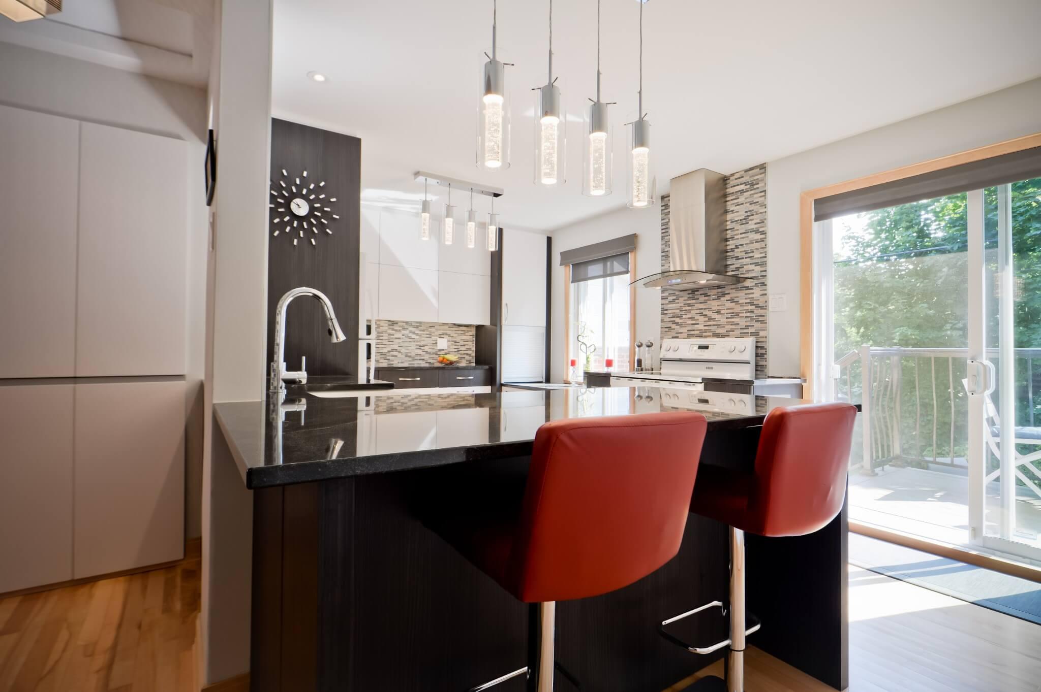 ilot de granite avec luminaires
