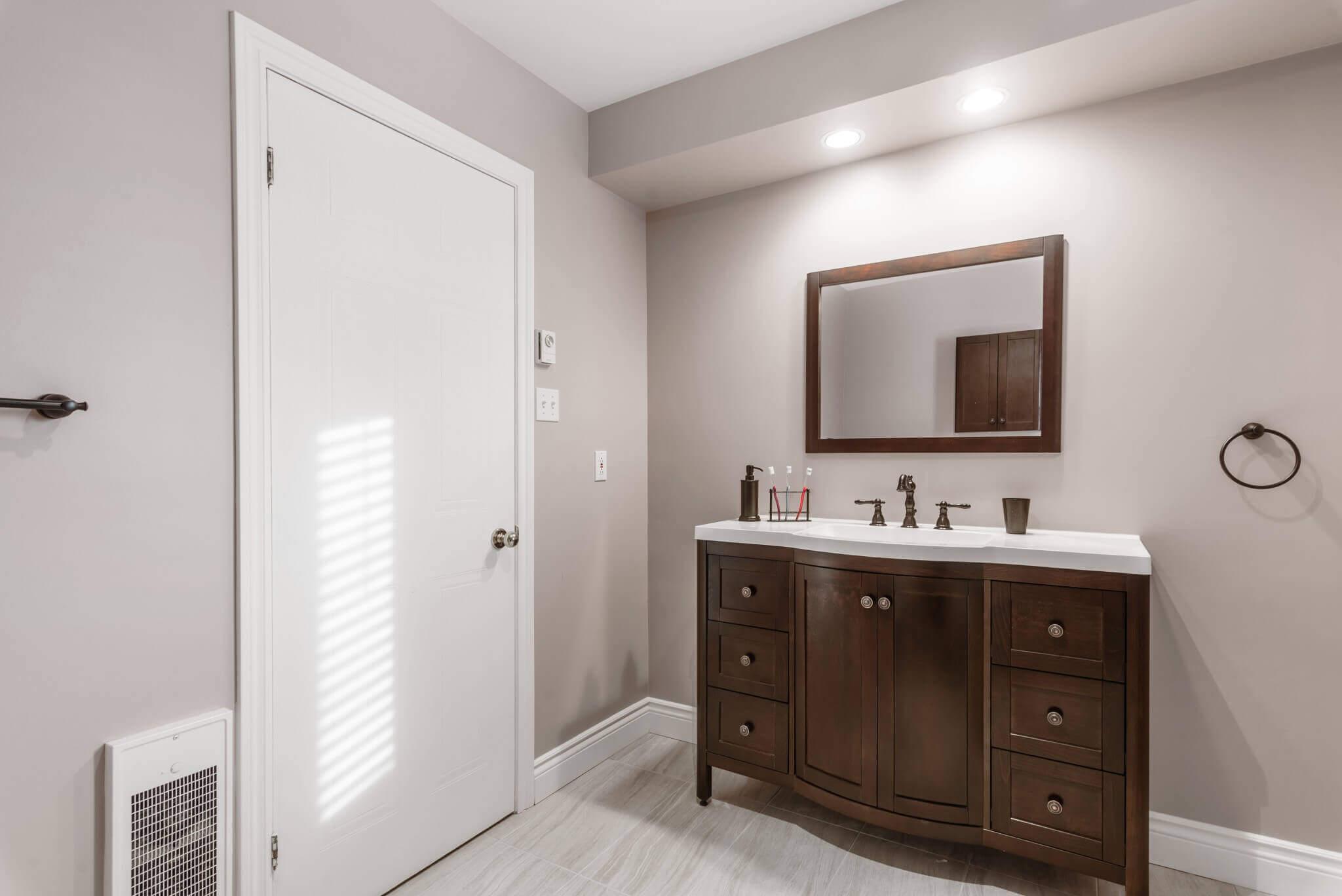 salle de bain vanité brune