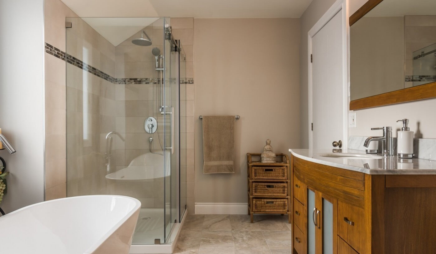 grande salle de bain avec vanite