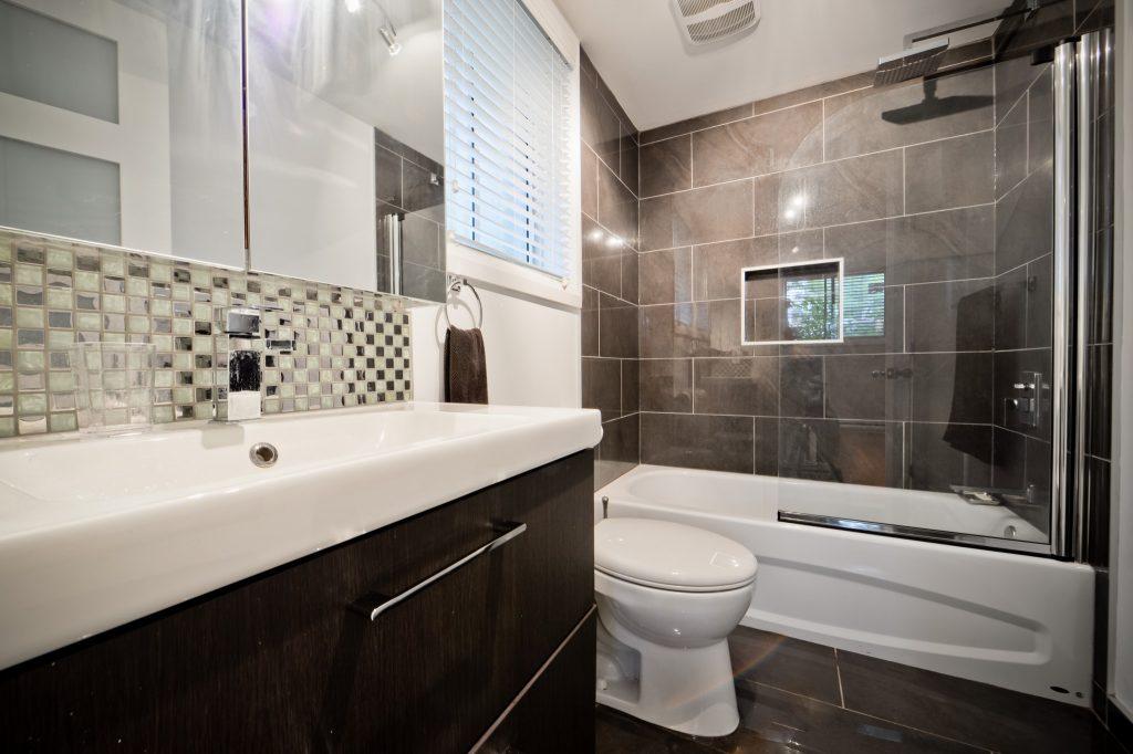 Hermoza | Aménagement de sous-sol avec salle de bain et cuisine