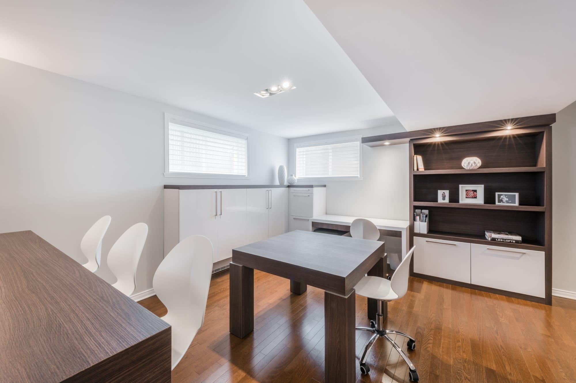 bureau aménagé dans sous-sol avec bibliothèque, rangements et comptoir lunch faits sur mesure