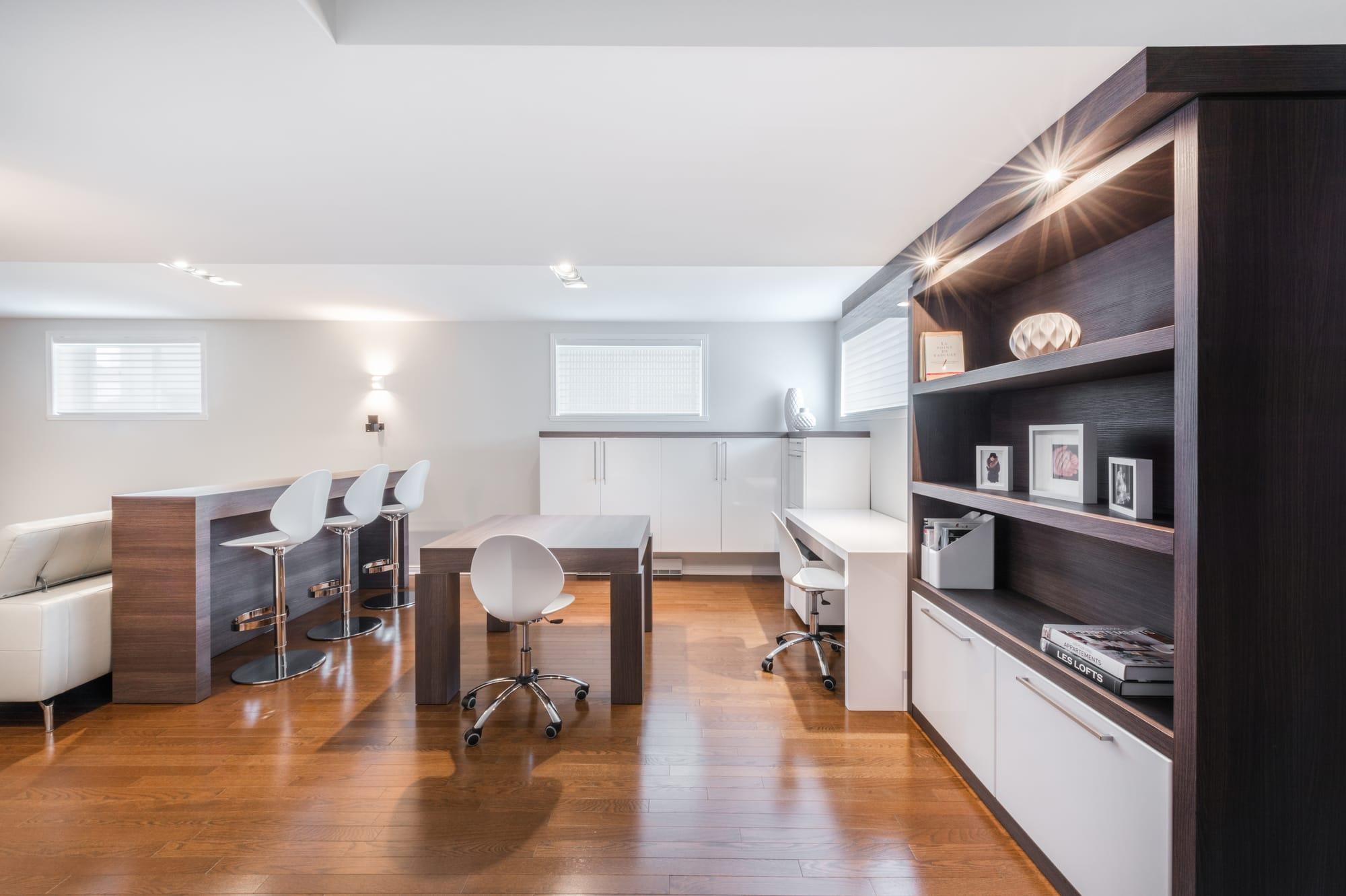 meubles sur mesure avec espace bureau et bibliothèque dans un sous-sol rénové