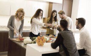 Amis preparant souper dans cuisine
