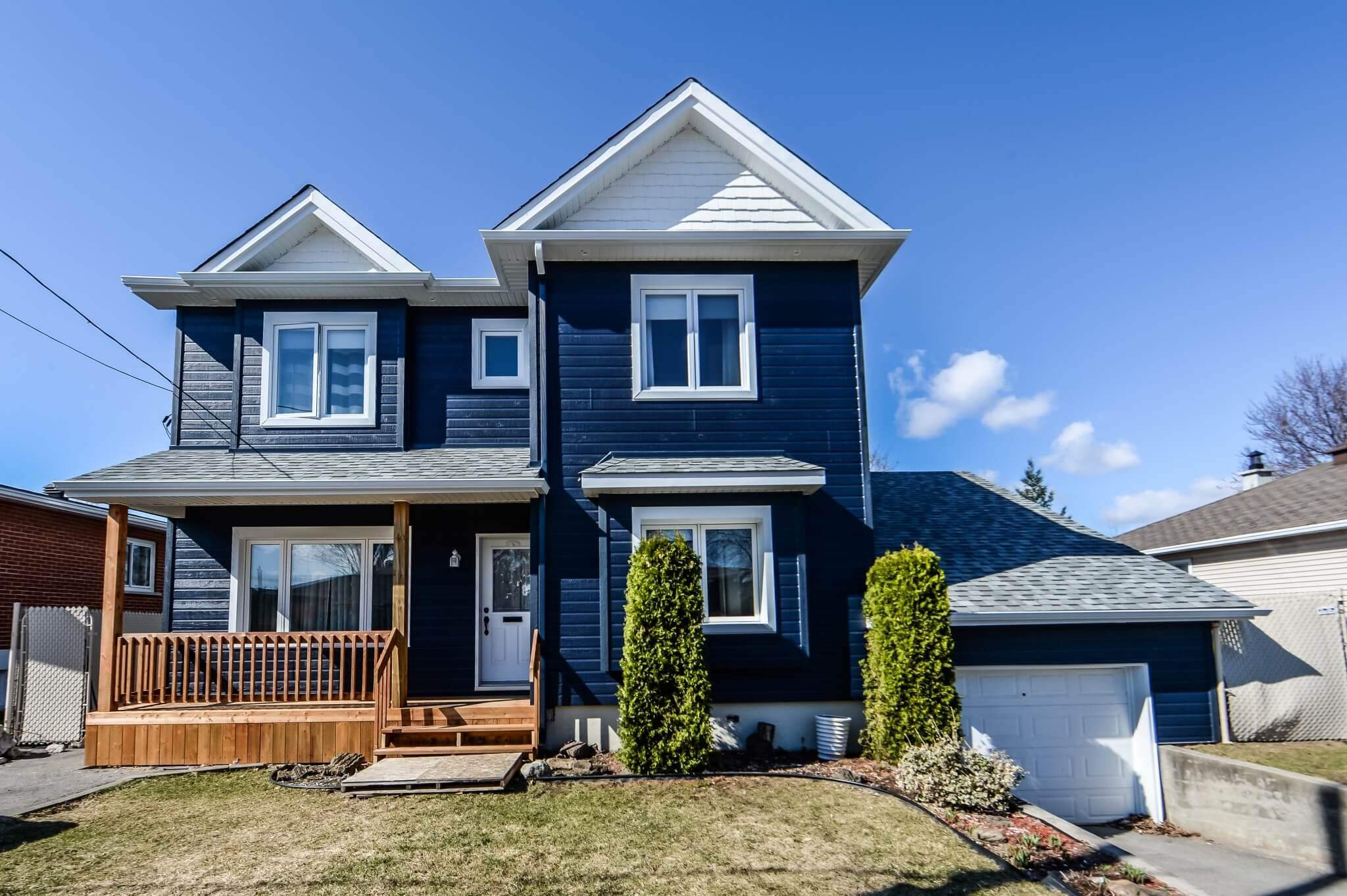 maison bleue avec agrandissement de maison