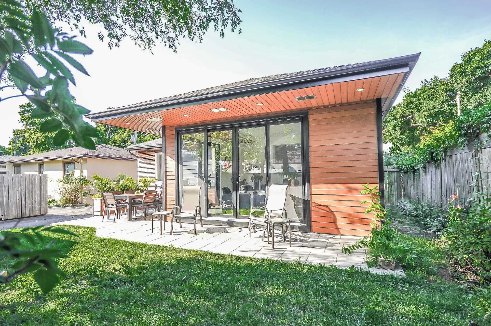 extension maison avec extérieur en bois et grande porte patio