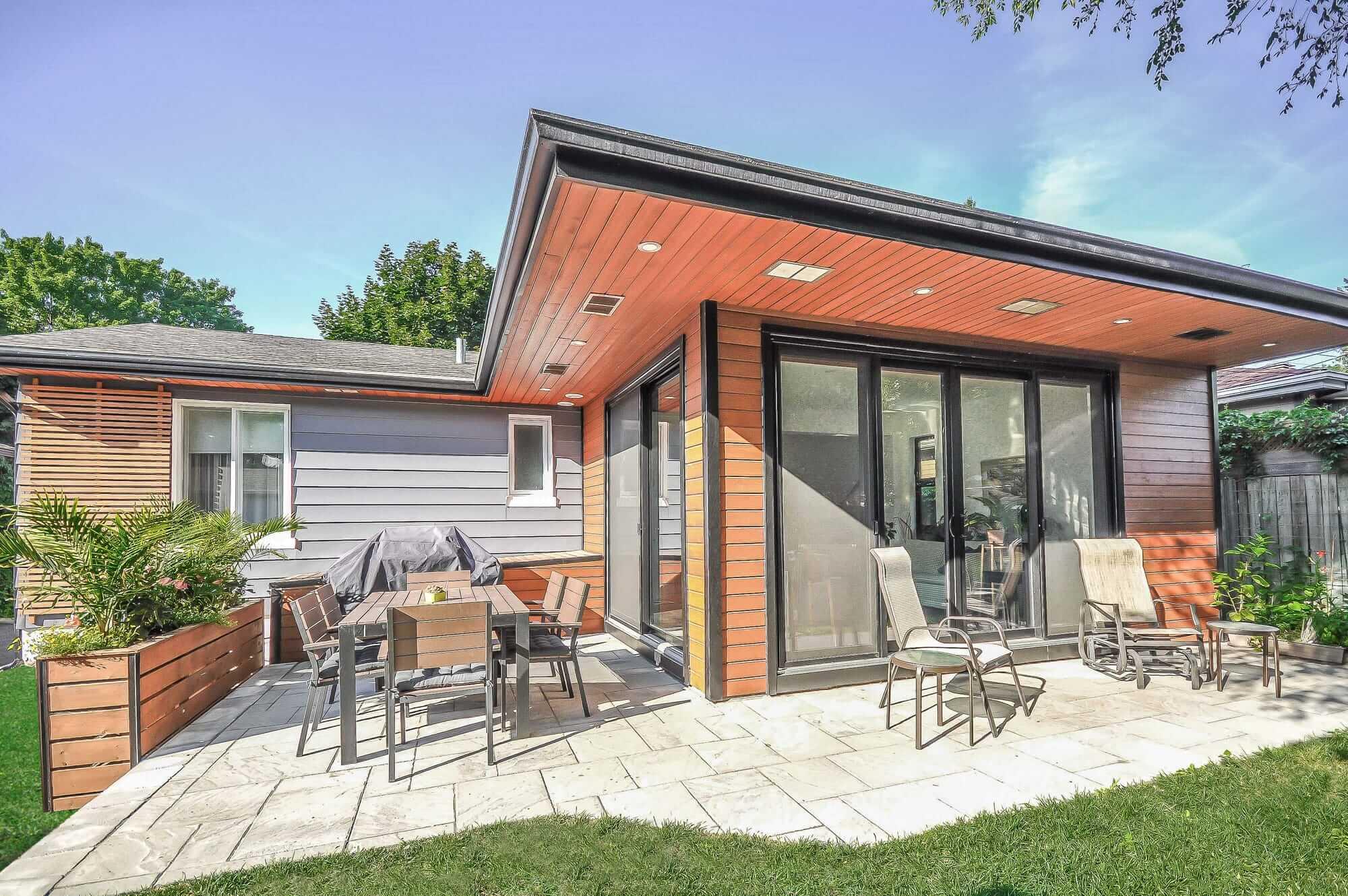 rallonge exterieure d'un bungalow avec terrasse en pavé