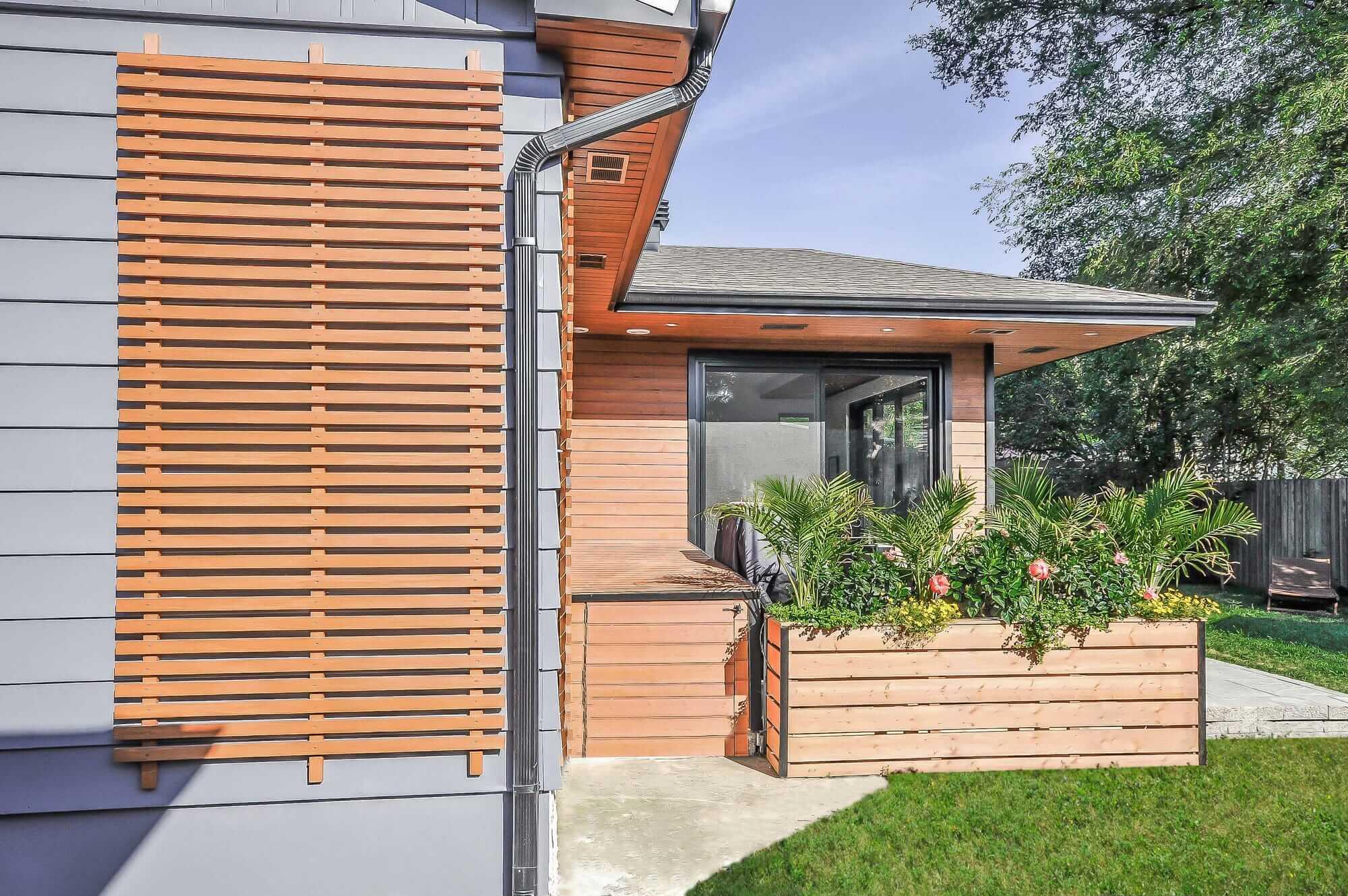 rallonge de maison avec vue sur terrasse et bac à fleurs