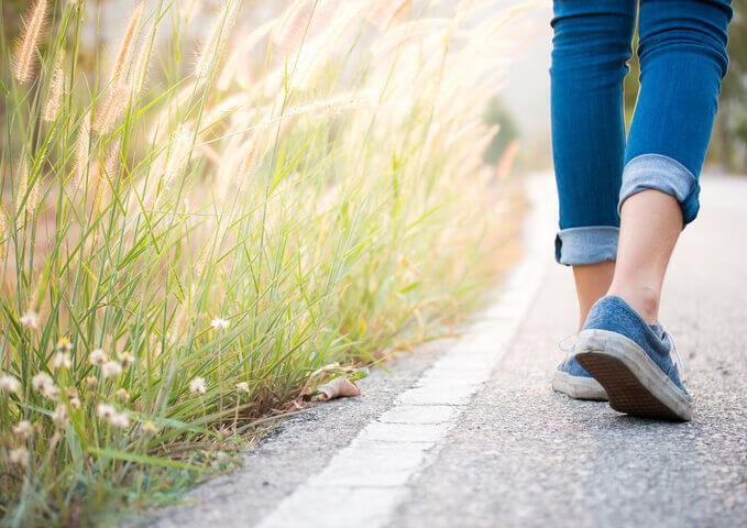 Femme-qui-marche-dehors-RénoAssistance