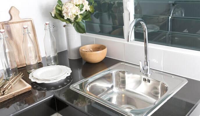 lavabo de cuisine simple avec vue sur fenêtre