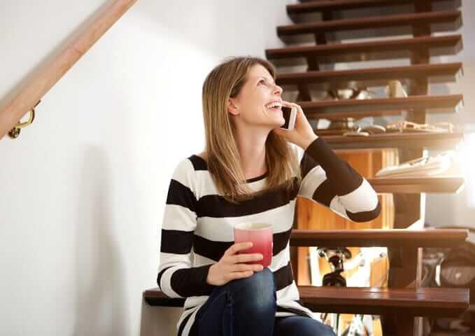 femme-faisant-un-appel-telephonique-reno-assistance