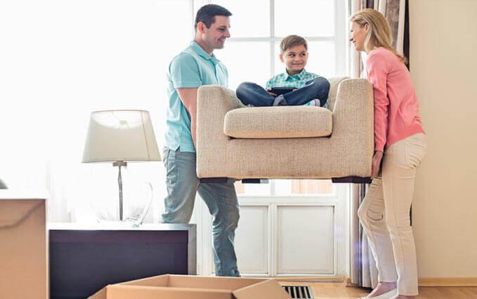 Couple déménageant un sofa