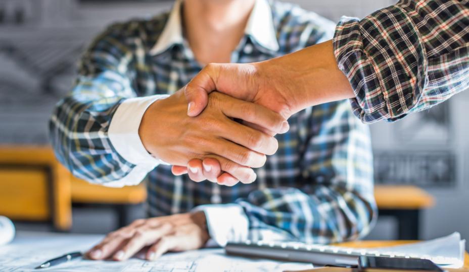 entrepreneurs serre la main