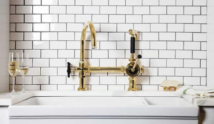 robinet au fini or dans une cuisine moderne