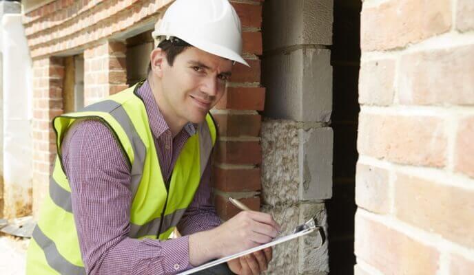Ingénieur en structure inspectant un mur
