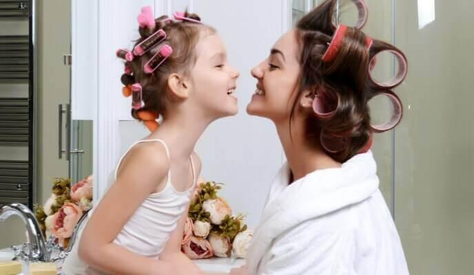 femme et petite fille dans salle de bain