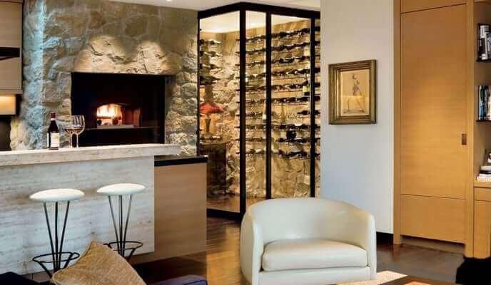 intérieur cuisine Jennifer Aniston avec coin vin et four à pizza