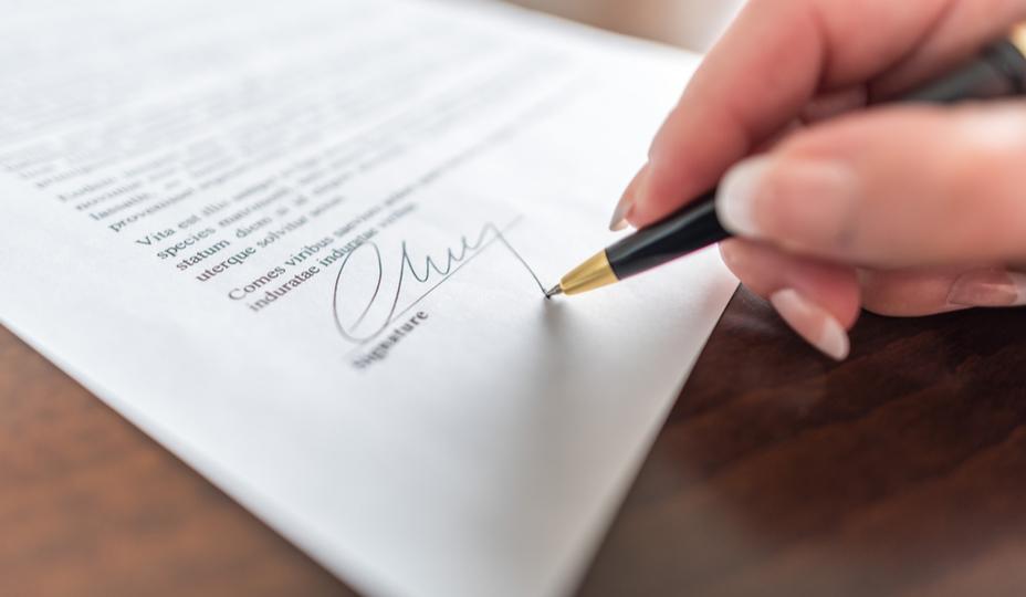 main signant un contrat