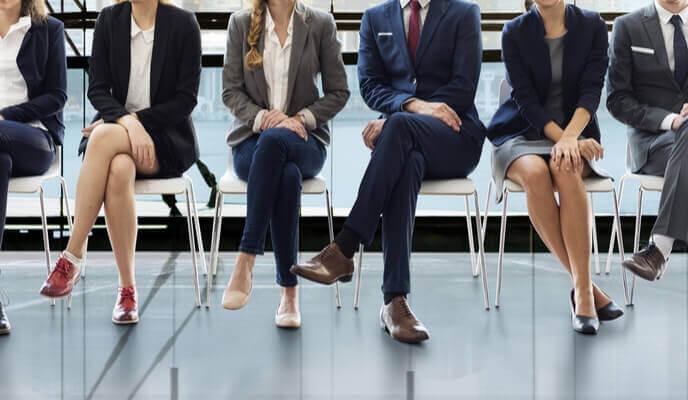 candidats en attente d'une entrevue dans un salle d'attente d'un bureau rénové