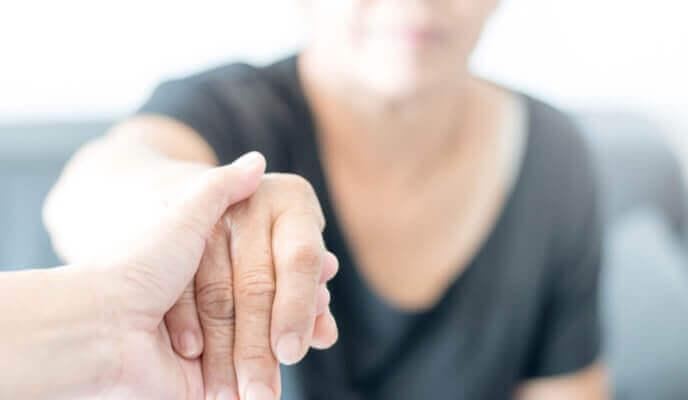 main aidant personne âgée dans une résidence rénovée