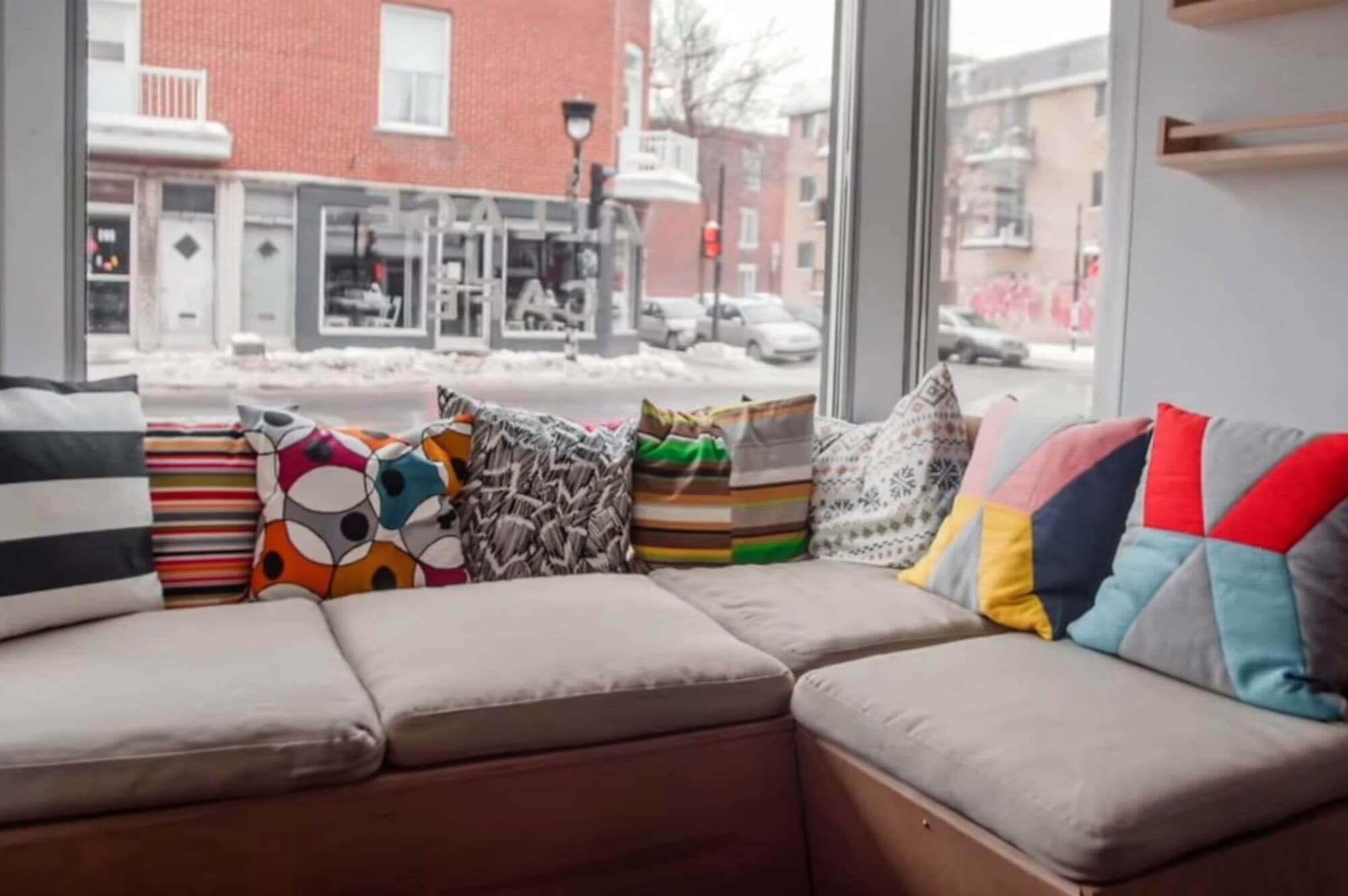 coin sofa avec coussins colorés