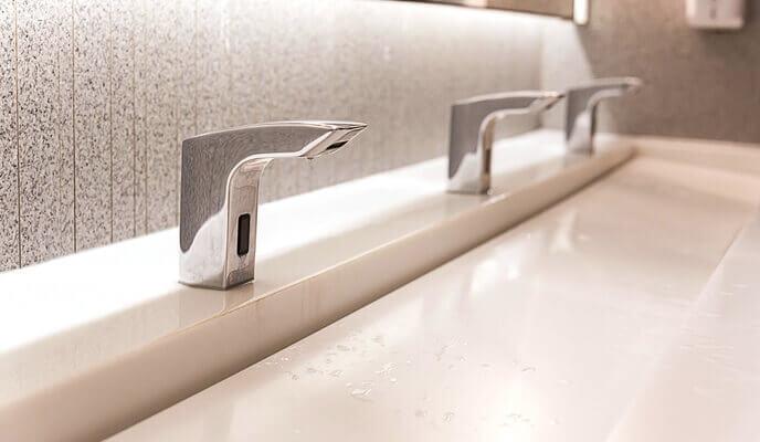 robinet automatique dans une salle de bain publique pour économie d'énergie