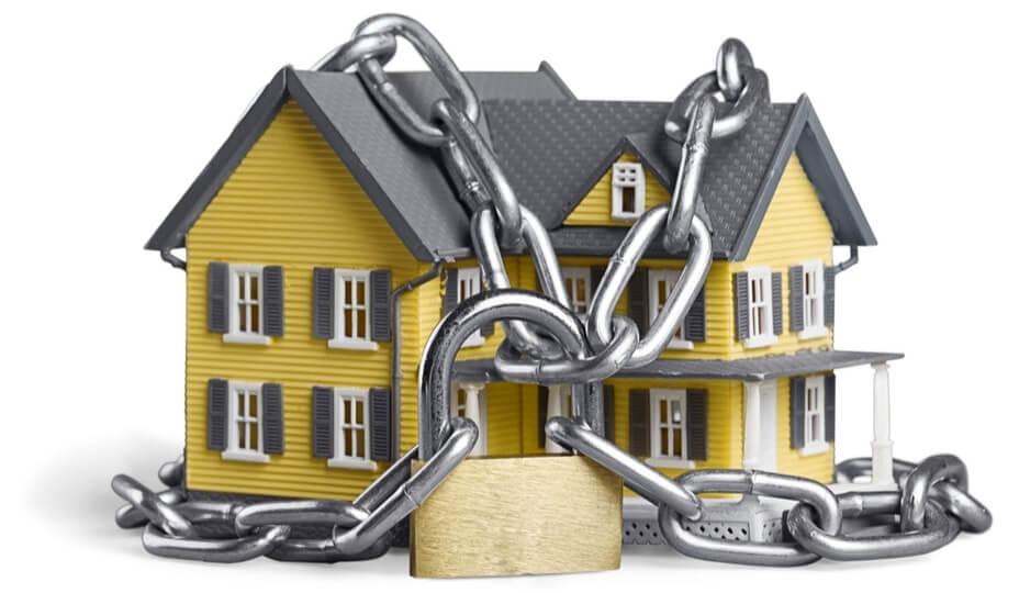 Image d une maison jaune enchaînée avec cadenas poru démontrer sécurité.  Voici 5 trucs pour protéger votre résidence pendant ... 60a93827b105