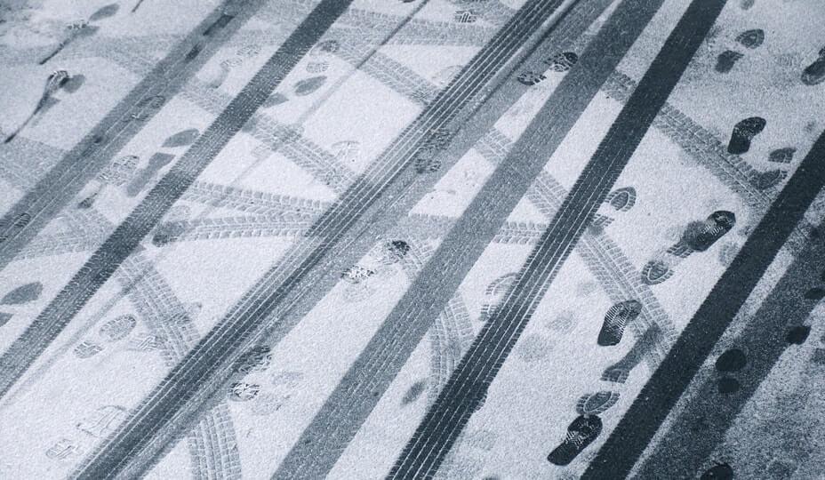 traces de pas et de pneus dans la neige