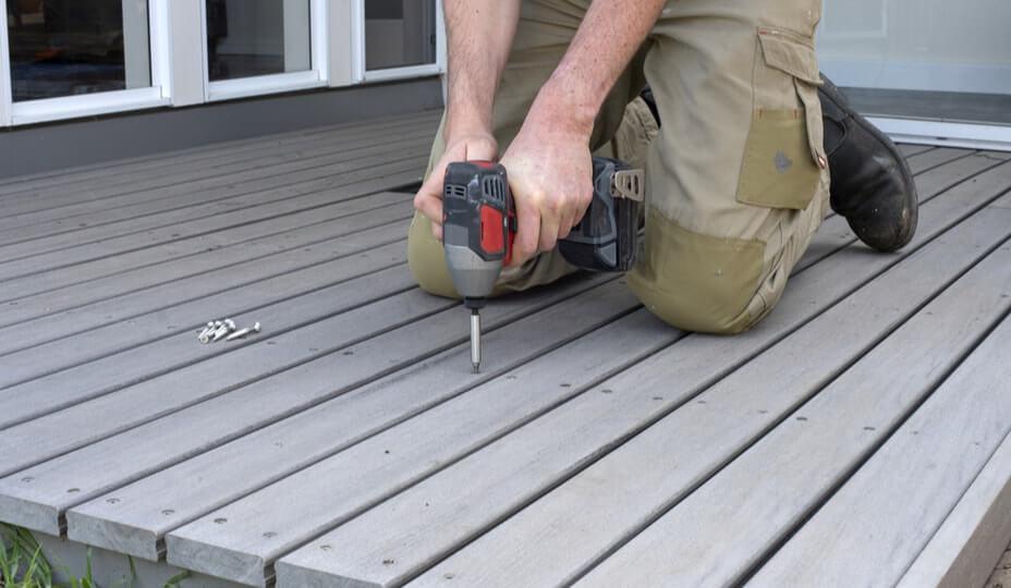 Entrepreneur installant un balcon en composite gris