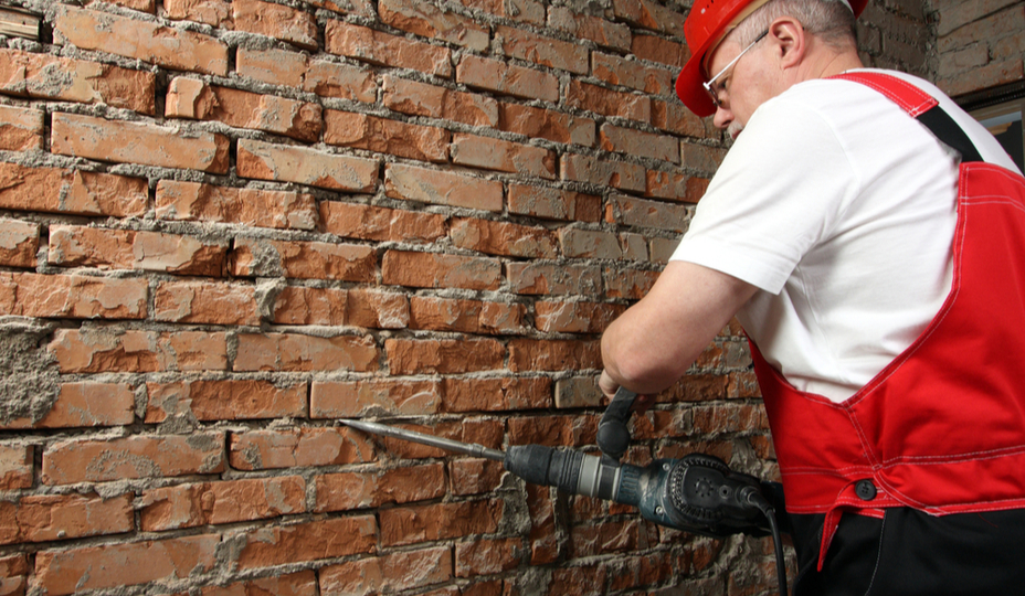 mason-repairing-wall
