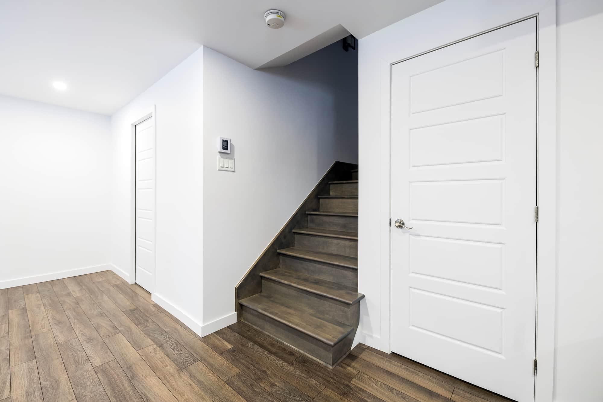 Escalier en merisier dans un sous-sol rénové