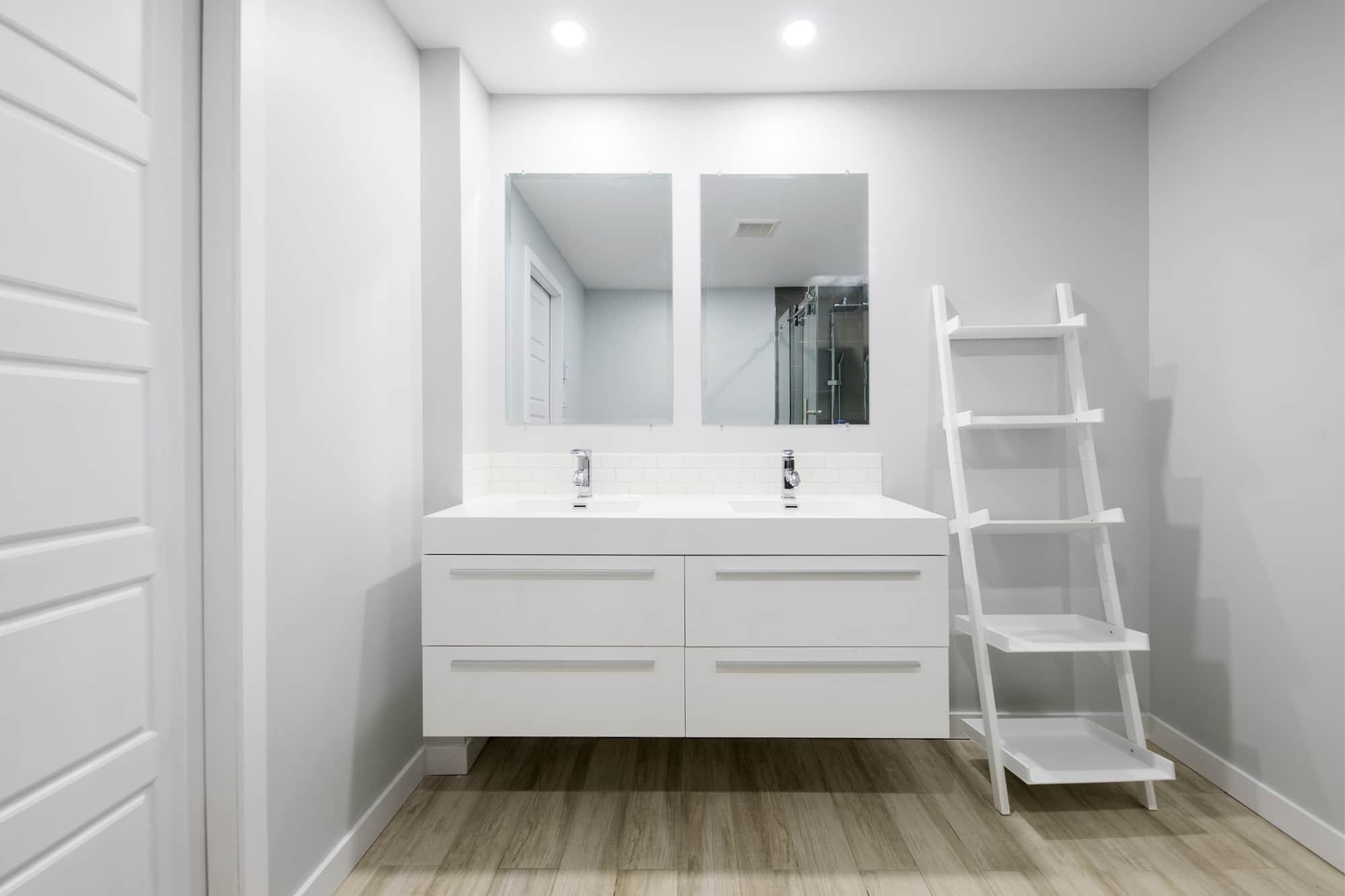 Pocket door fermée dans une salle de bain de sous-sol rénové