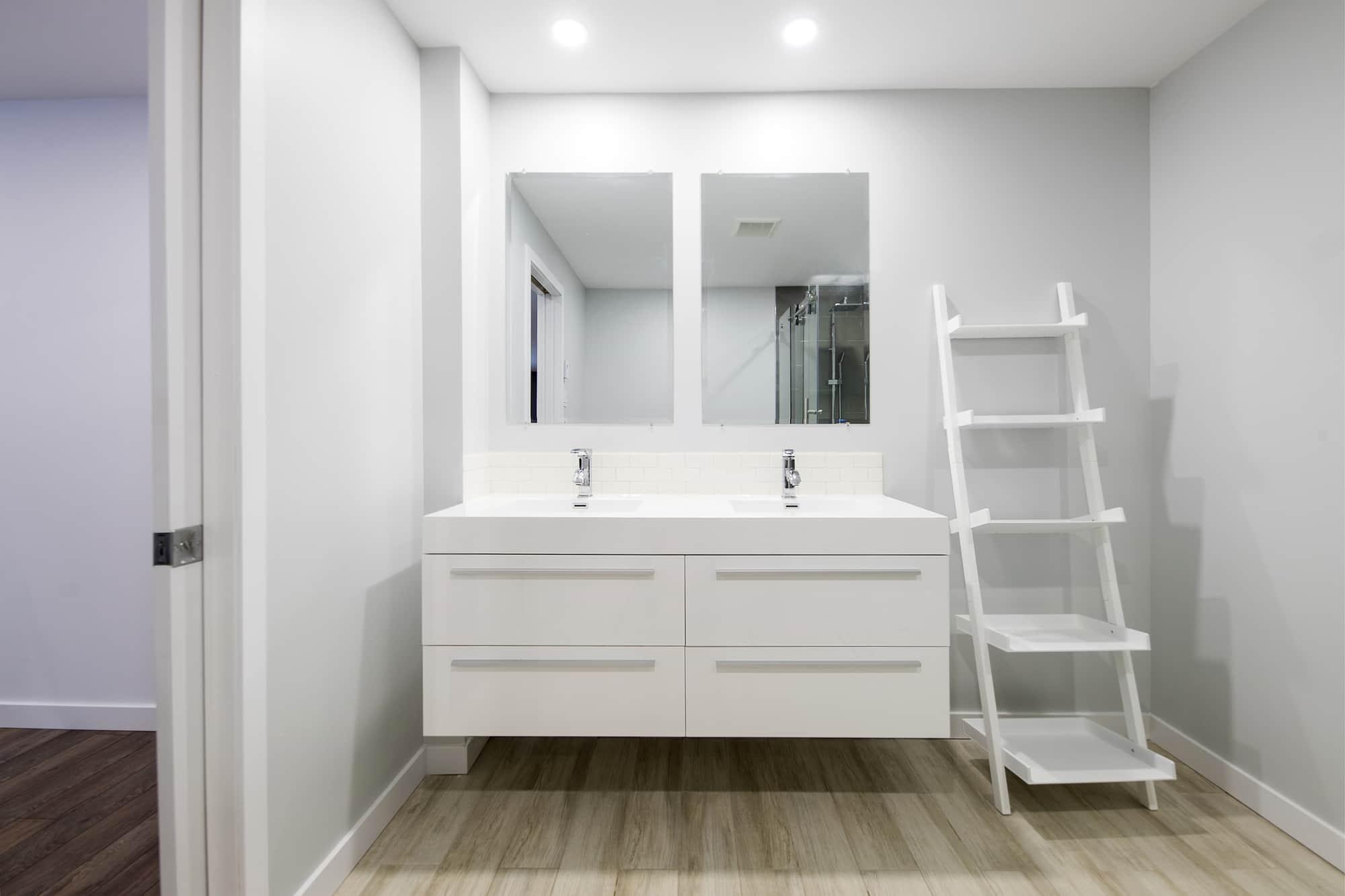 Pocket door dans une sall de bain contemporaine de sous-sol rénové