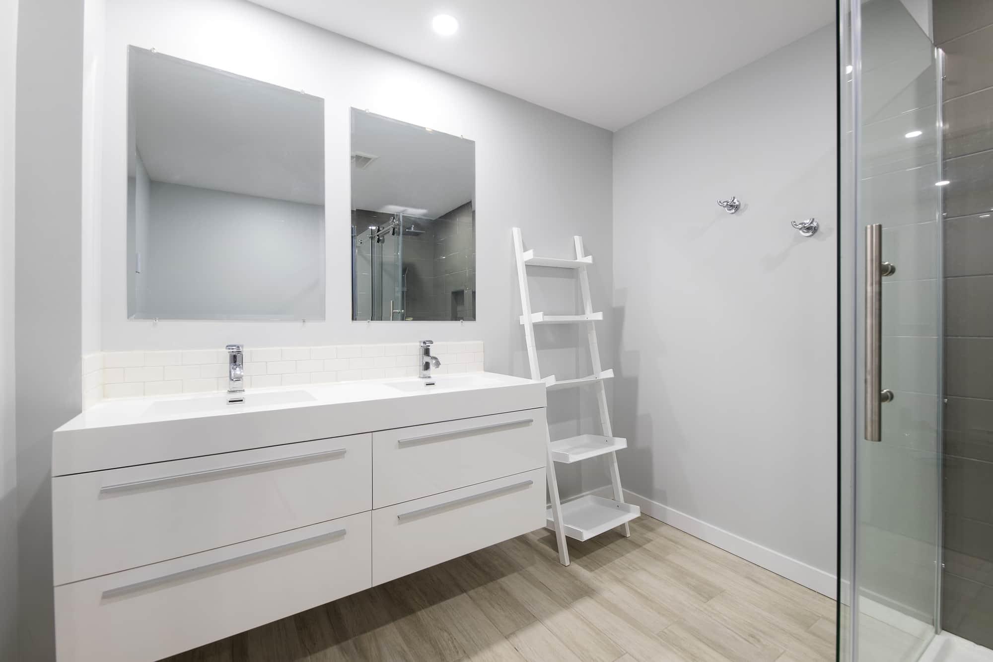 Salle de bain moderne dans un sous-sol rénové