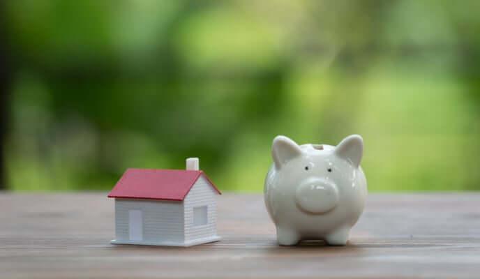 Tirelire cochon blanc avec maison pour économiser rénovation