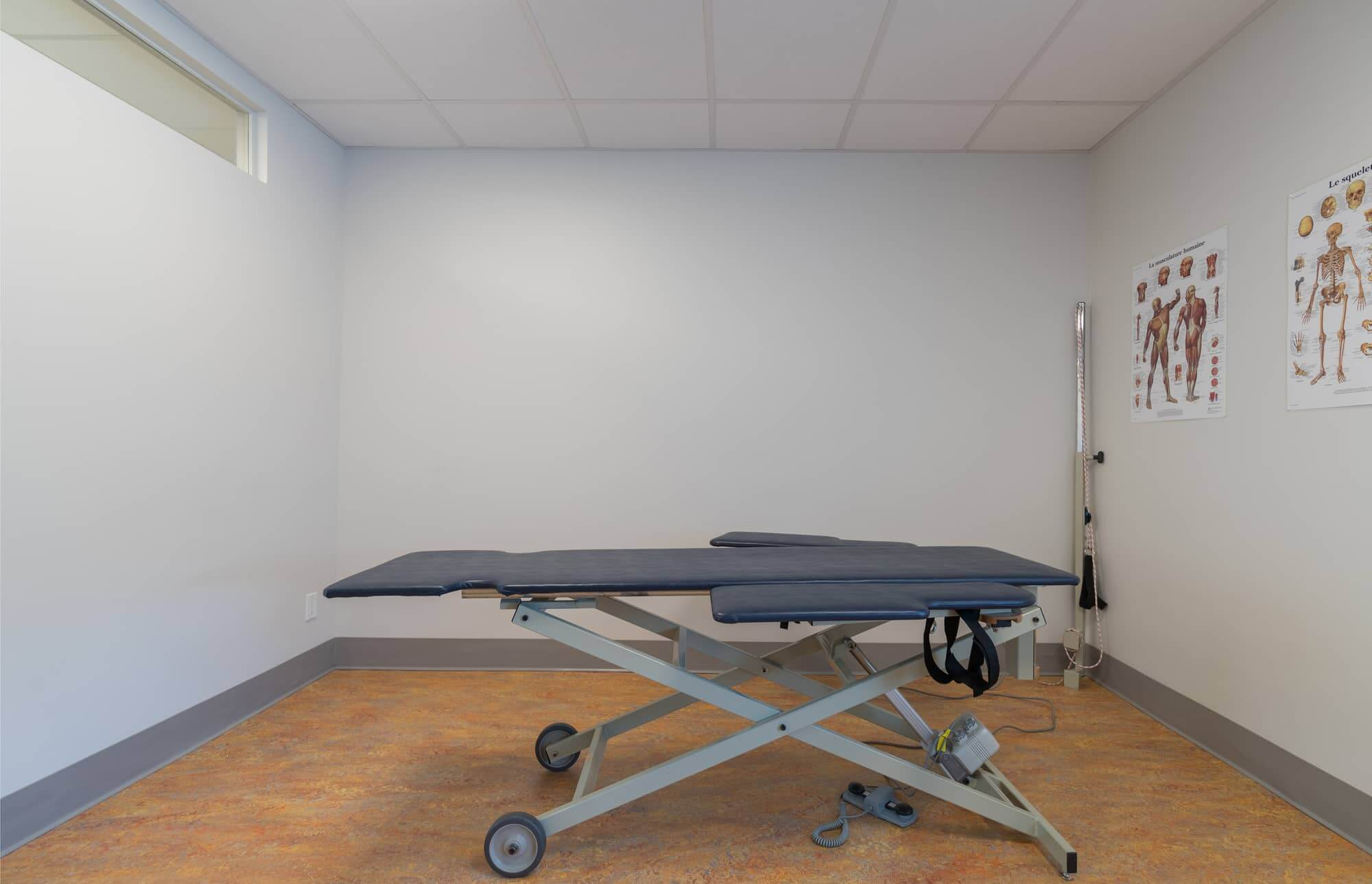 Treatment room with white walls in a physiotherapy clinic