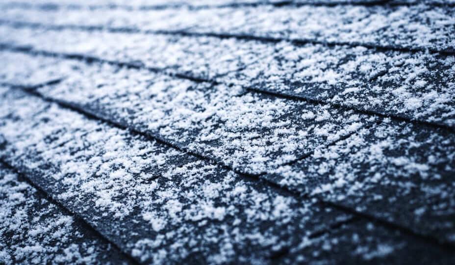 neige sur bardeaux de toiture