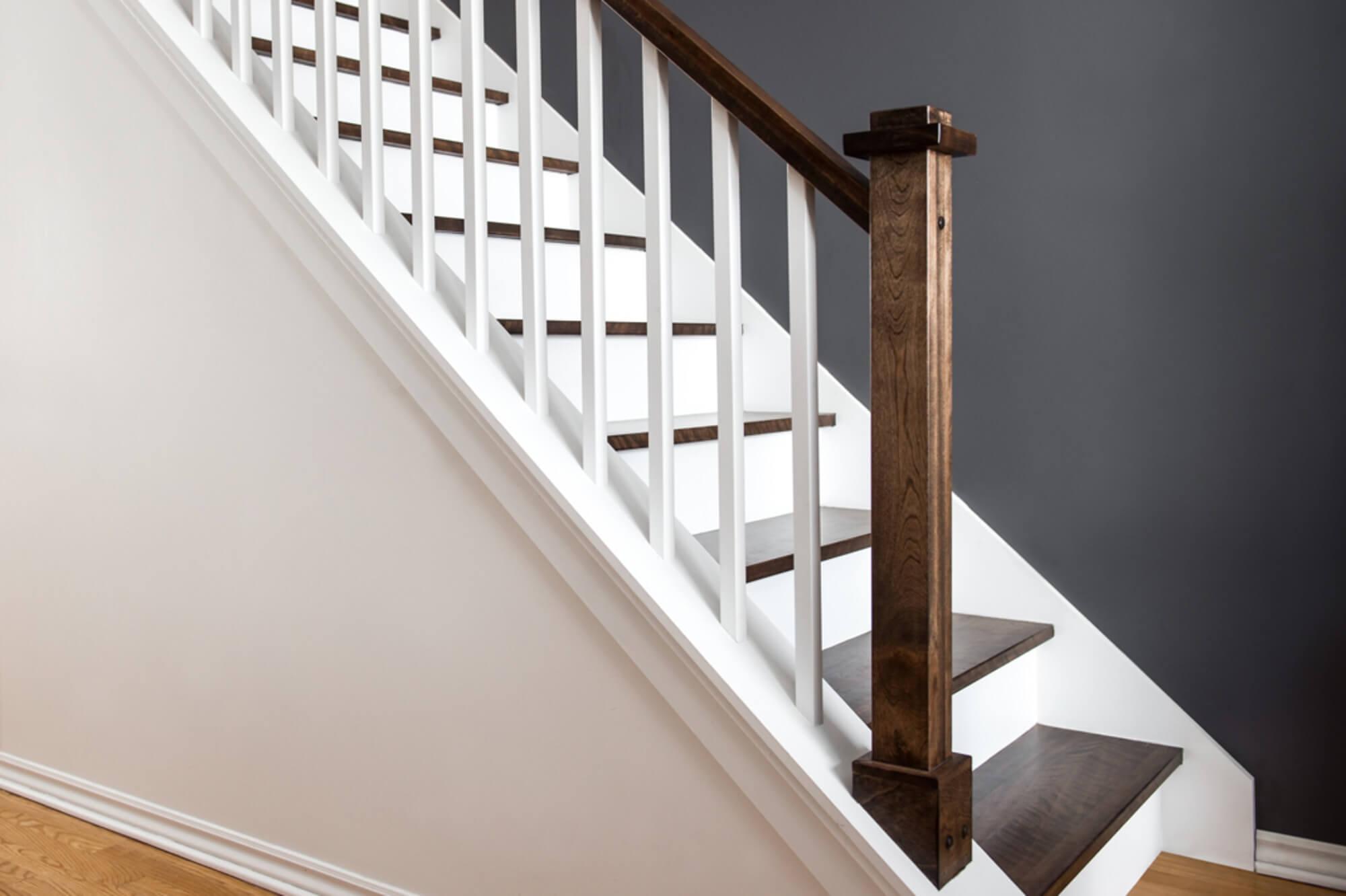 Escalier intérieur avec rampes en bois brun et blanc