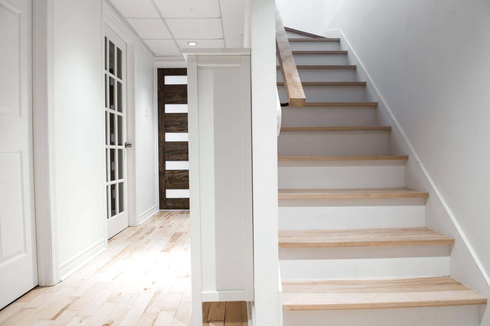Escalier Dans Maison Ancienne exemple d'escaliers intérieurs et plancher de bois franc