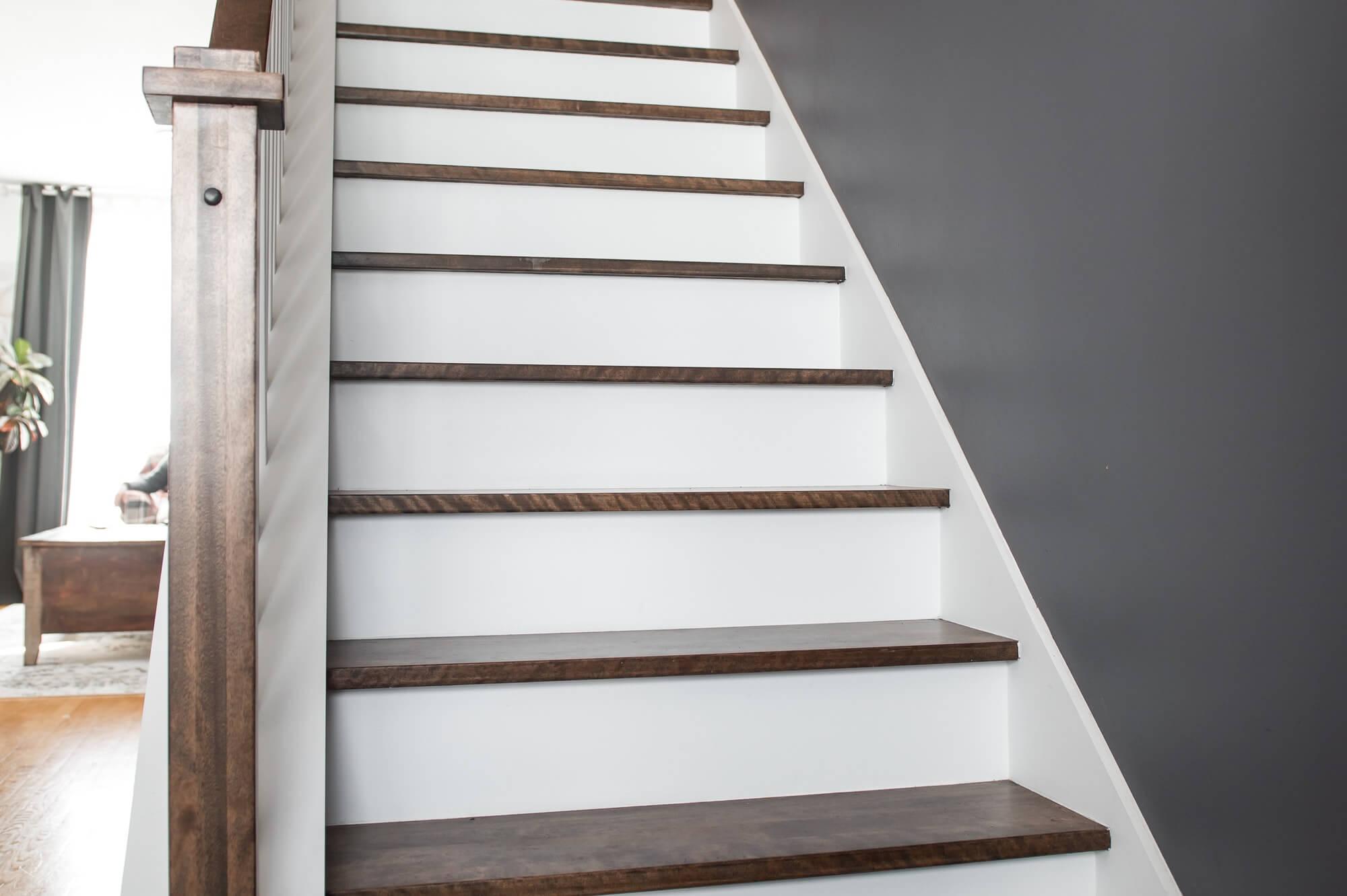 escalier en bois avec contremarches blanches
