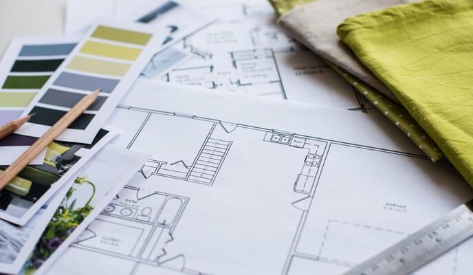 Plans de designer d'intérieur avec échantillons de couleurs et de tissus
