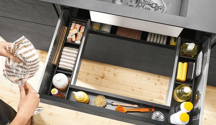 Rangement intégré dans un tiroir sous un lavabo de cuisine - Blum - SIDIM